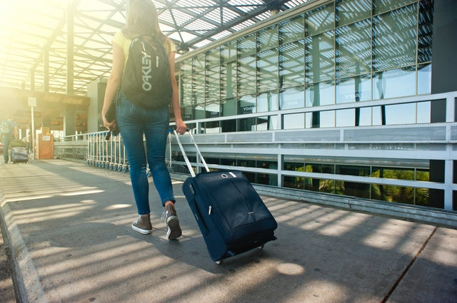adult-airport-arrival-headphones